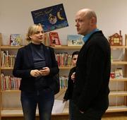 Marja-Liisa Völlers mit OBS-Schulleiter Dennis Helferich bei einem Besuch im Jahr 2019. Foto: Büro Völlers